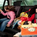 ¿CÓMO MANTENER ENTRETENIDOS A LOS NIÑOS EN EL AUTO?