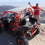Chileno Rodrigo Pastén llega a la cima de la duna más alta del mundo